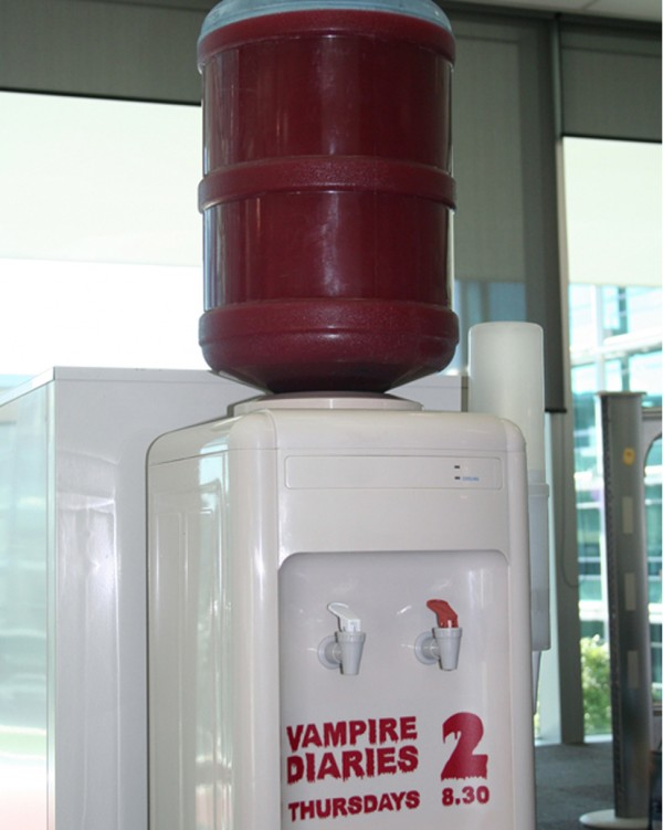 Vampire-diary-saison-2-season-ambient-marketing-distributeur-deau-ciblage-alternatif-1-600x751