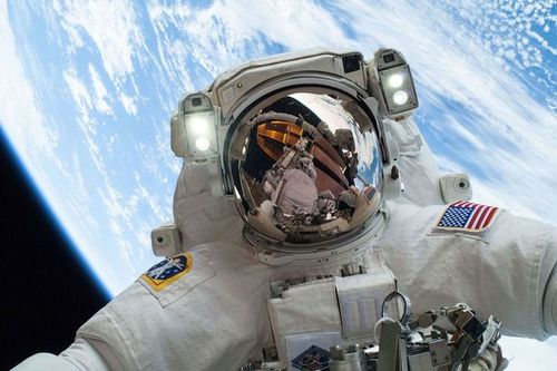 NASA-astronaut-Hopkins_Space_Selfie
